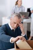 Mann jahrelang, der sehr traurig schaut Stockfoto