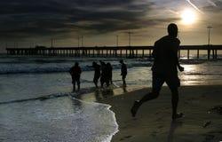 Mann jogginig auf dem Strand Lizenzfreie Stockbilder