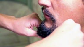 Mann kämmt seinen Bart stock video footage