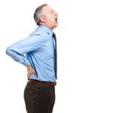 Mann kämpft mit intensiven Rückenschmerzen Stockfotografie