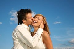 Mann küßt die Frau Stockfotos