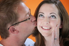 Mann küßt Frau lizenzfreie stockbilder