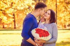 Mann küsst Frau stockfotografie