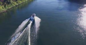 Mann 4K auf einem Wasserski stock video