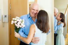 Mann kam zur Frau mit Blumen Stockfotografie