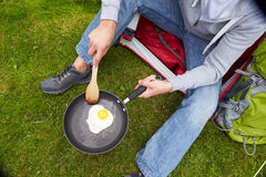 Mann am kampierenden Feiertag Ei in Pan braten Lizenzfreie Stockfotos