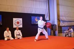 Mann in karategi Demonstration seiner Energie Lizenzfreie Stockfotografie
