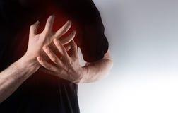Mann, Kerl in einem schwarzen T-Shirt auf Händen eines weißen Hintergrundgriffs an Stockfotografie