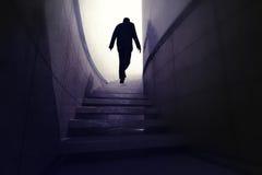Mann klettern oben von der Dunkelheit, um Fortschritt zu erreichen stock abbildung