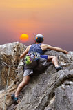 Mann-kletternder Berg Stockfotos
