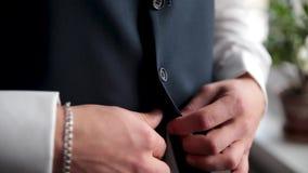 Mann knöpft seine Westennahaufnahme Vervollkommnen Sie zum letzten Detail Moderner Geschäftsmann Mode geschossen von hübschen Jun stock video footage