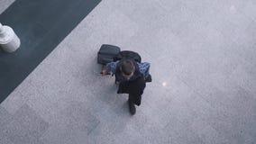 Mann kommt mit einer Draufsicht des Koffers stock video footage