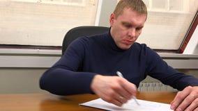 Mann kreuzt heraus Eintritte im Dokument stock video footage