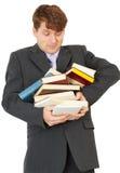 Mann - Kursteilnehmereinflußhaufen der Bücher und der Lehrbücher Stockfoto