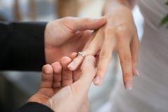 Mann lässt Frau Angebot sich verloben Lizenzfreies Stockbild