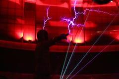 Mann lässt heraus Blitz vom Finger Stockbild