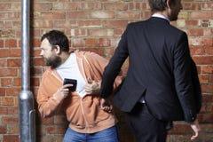 Mann lässt seine Mappe pickpocketed stockfoto