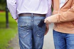 Mann lässt seine Mappe pickpocketed Lizenzfreie Stockbilder