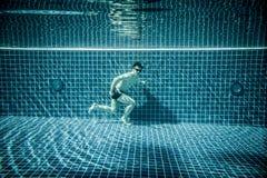 Mann lässt Unterwasserswimmingpool laufen Lizenzfreies Stockfoto