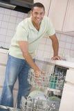 Mann-Laden-Spülmaschine lizenzfreies stockfoto