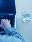 Mann, Laptop und Wasser lizenzfreie stockfotos