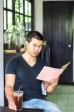 Mann las das Buch Stockfotografie