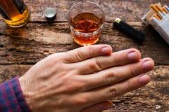 Mann lehnt zum Alkohol und zu den Zigaretten ab Lizenzfreie Stockfotografie