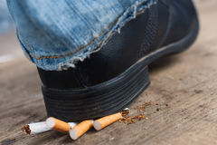 Mann lehnt zum Rauchen ab Stockfoto