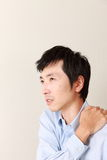 Mann leidet unter Halsschmerz Stockbilder