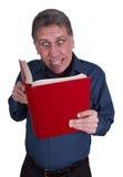 Mann-Lesebuch-lustiges Lächeln getrennt auf Weiß Lizenzfreies Stockfoto