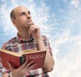 Mann-lesendes Englisch stockfotos