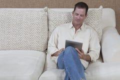 Mann-Lesung von Digital-Tablette Stockfoto