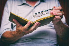 Mann liest altes Buch Lizenzfreies Stockfoto