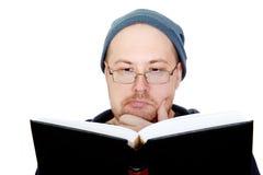 Mann liest das Buch Stockfotografie