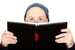 Mann liest das Buch Lizenzfreie Stockfotografie