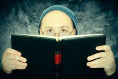 Mann liest das Buch Lizenzfreie Stockbilder