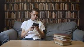 Mann liest ebook am Café stock footage