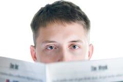 Mann liest Zeitung Stockbild
