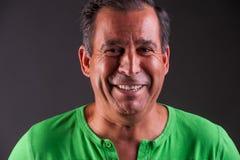 Mann lookng glücklich und Lächeln Lizenzfreie Stockbilder