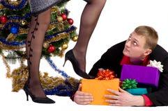 Mann lässt nicht die Geschenke Stockfotos