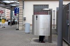Mann Luxemburg der öffentlichen Toilette Stockbild