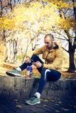 Mann machen eine Pause vom Arbeiten Nützliche Sache - smartphone Lizenzfreies Stockbild