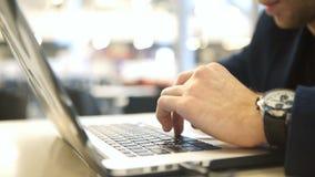Mann macht Darstellung ein Geschäftstreffen Geschäftsmann schreibt Mitteilungstastatur stock video footage