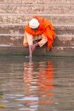 Mann macht das Ritual, das im Ganges, Varanasi sich wäscht stockfotos