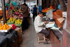 Mann macht Druckdokumente auf einer Schreibmaschine Stockfotos