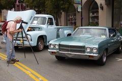 Mann macht ein Foto des Chevrolet-EL Camino 1965 Stockfotografie
