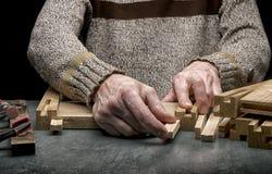 Mann macht einen Schemel vom Holz Stockfotografie