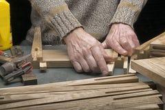 Mann macht einen Schemel vom Holz Stockfoto
