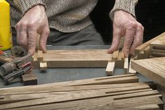 Mann macht einen Schemel vom Holz Lizenzfreies Stockfoto
