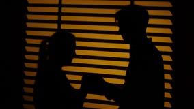 Mann macht einer Frau ein Geschenk Kusspaare Schattenbild Abschluss oben stock video